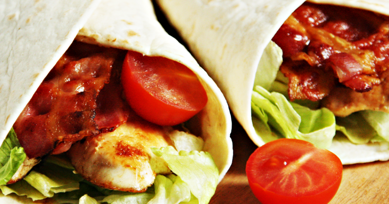 Bacon-chicken wraps met honing-mosterddressing