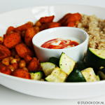 Buddha bowl met quinoa, geroosterde groenten en Srirachadressing