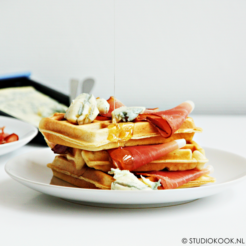 wafels met gerookte ham en gorgonzola