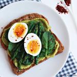 Avocadotoast met asperges, spinazie en ei