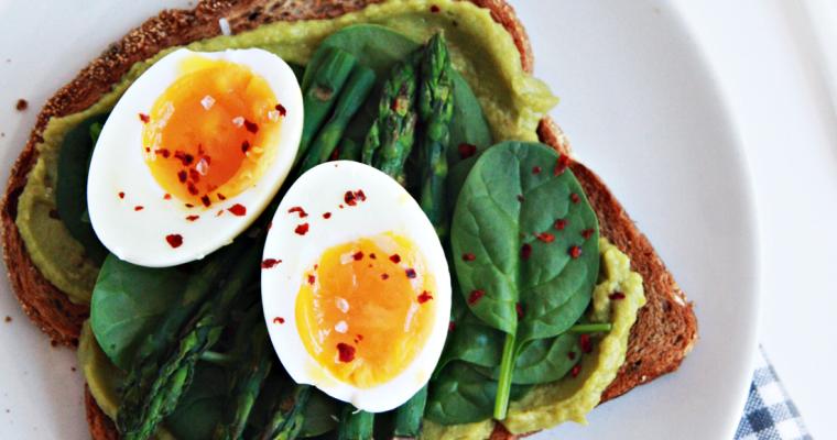 Avocadotoast met asperges en ei