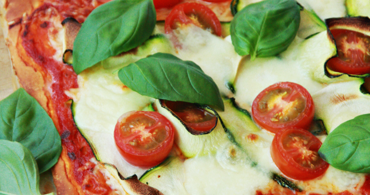 Pizza caprese met courgette