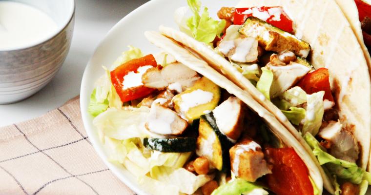 Taco's met kip, geroosterde groenten en yoghurtsaus