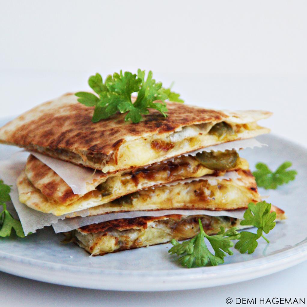 quesadilla's met gekarameliseerde ui en jalapeno's