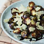 Geroosterde paarse spruitjes met Parmezaanse kaas en balsamicosiroop