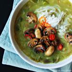 Currysoep met noedels en champignons