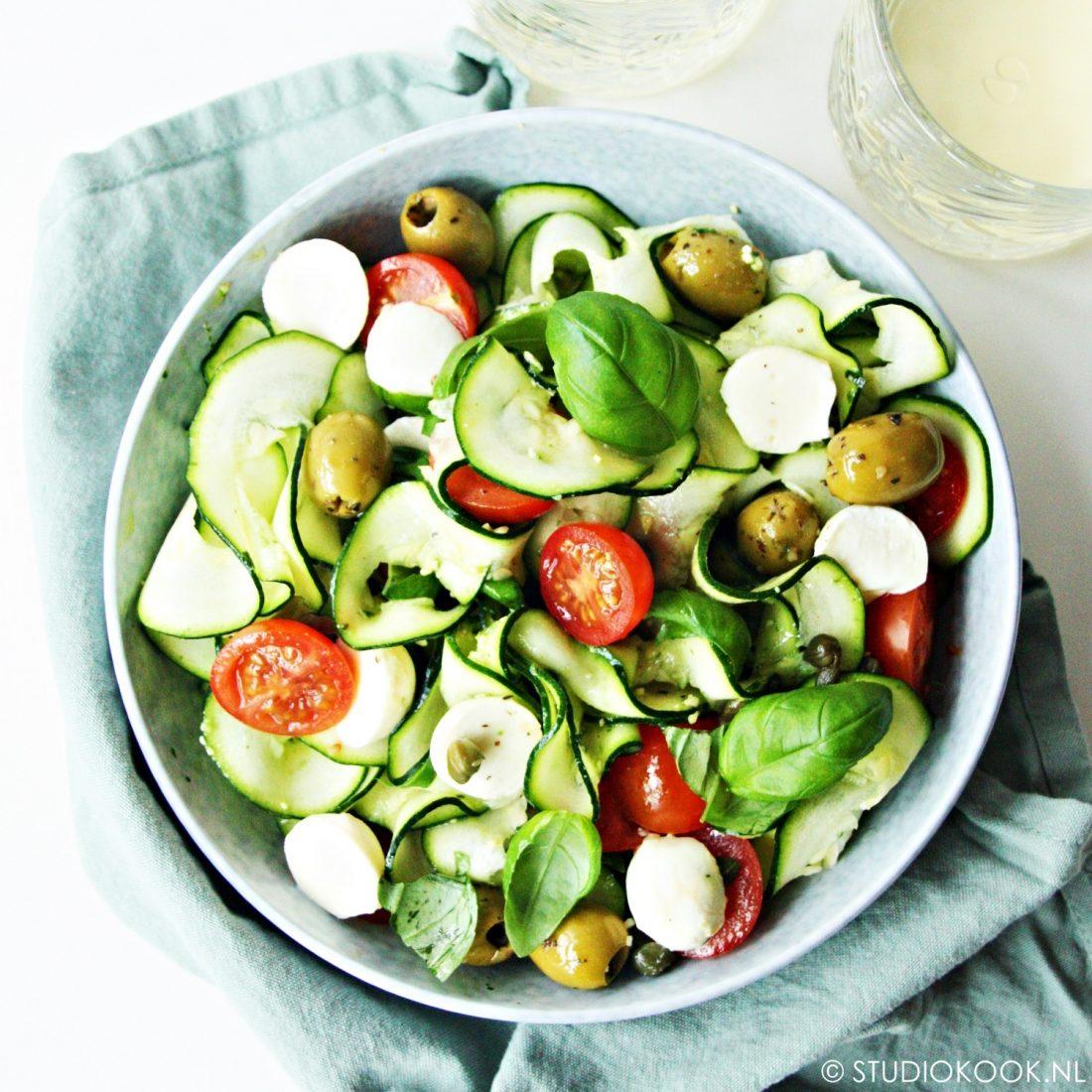 courgettisalade caprese met olijven en kappertjes