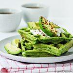 Spinaziewafels met avocado en hüttekäse