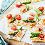 Snel & Simpel: flammkuchen met gerookte zalm en groene asperges