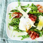 Salade met gegrilde asperges, gepocheerd ei en krokante spek