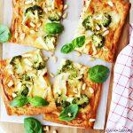 Snel & Simpel: broccoli plaattaart met brie, honing en pijnboompitten