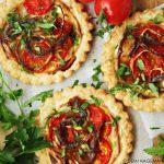 Eénpersoons hartige taartjes met ansjovis, tomaat en sjalot