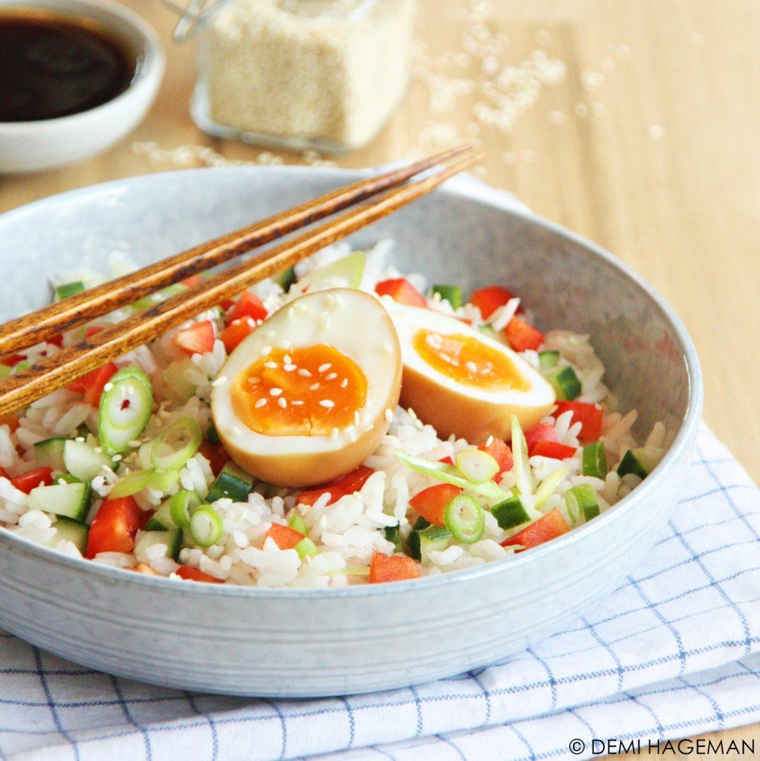 oosterse rijstsalade met een gemarineerd ei
