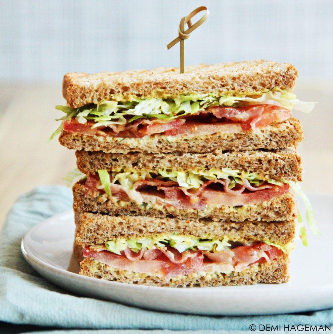 BLT sandwich met honing-mosterdsaus