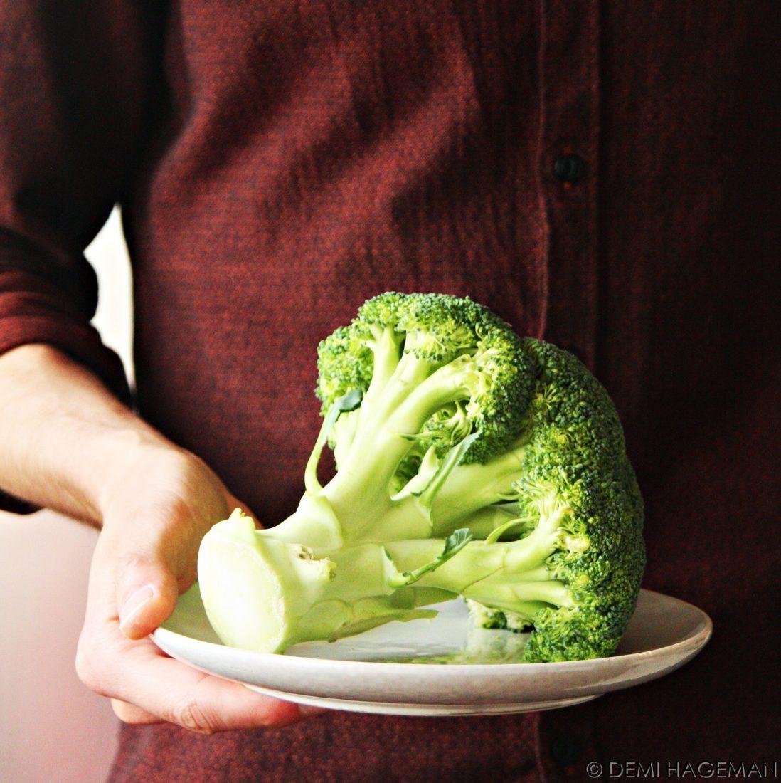 seizoensgroenten van juni - broccoli vers