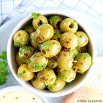 Gemarineerde olijven met knoflook en peterselie