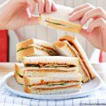 Pindakaas sandwich met kipfilet en sambal