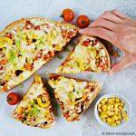 BBQ chicken pizza met paprika, maïs en ui