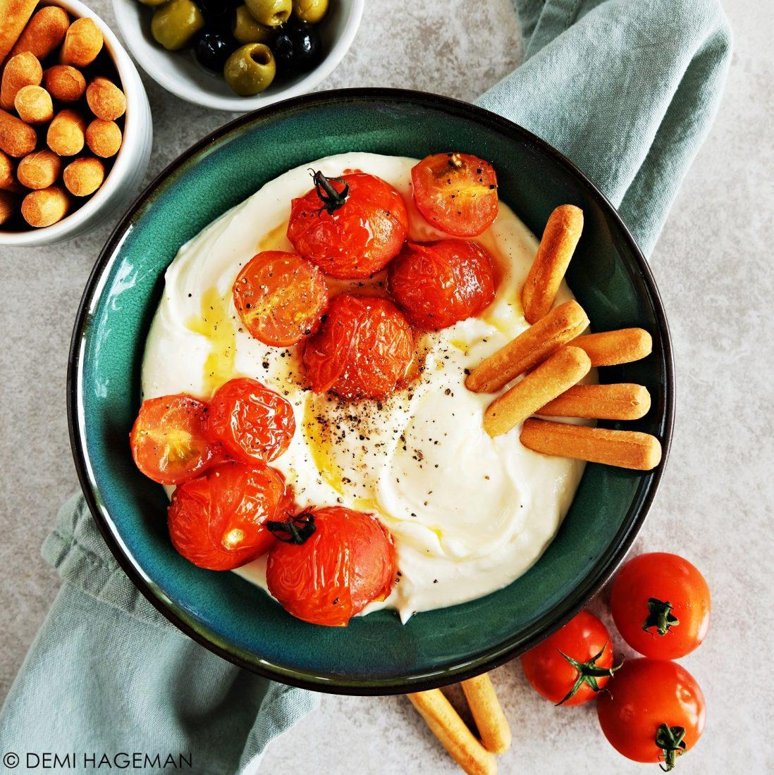 opgeklopte feta dip met gepofte cherrytomaten